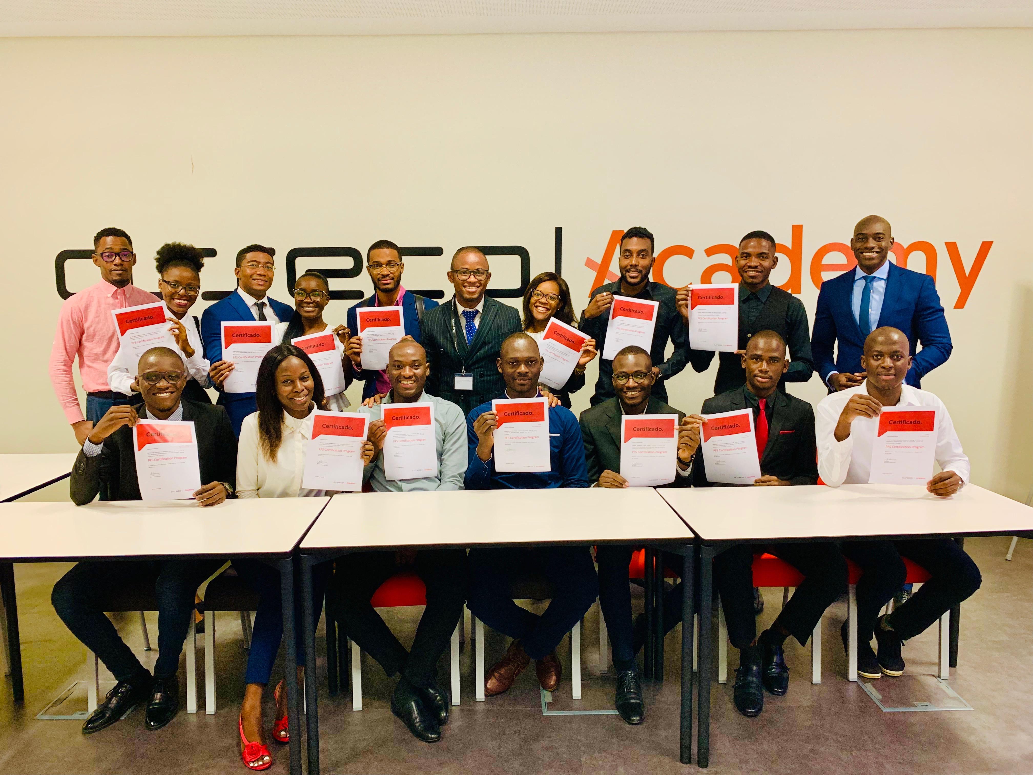 Figura 9. <b>Asseco Academy em Angola: entrega de certificados aos formandos.</b>