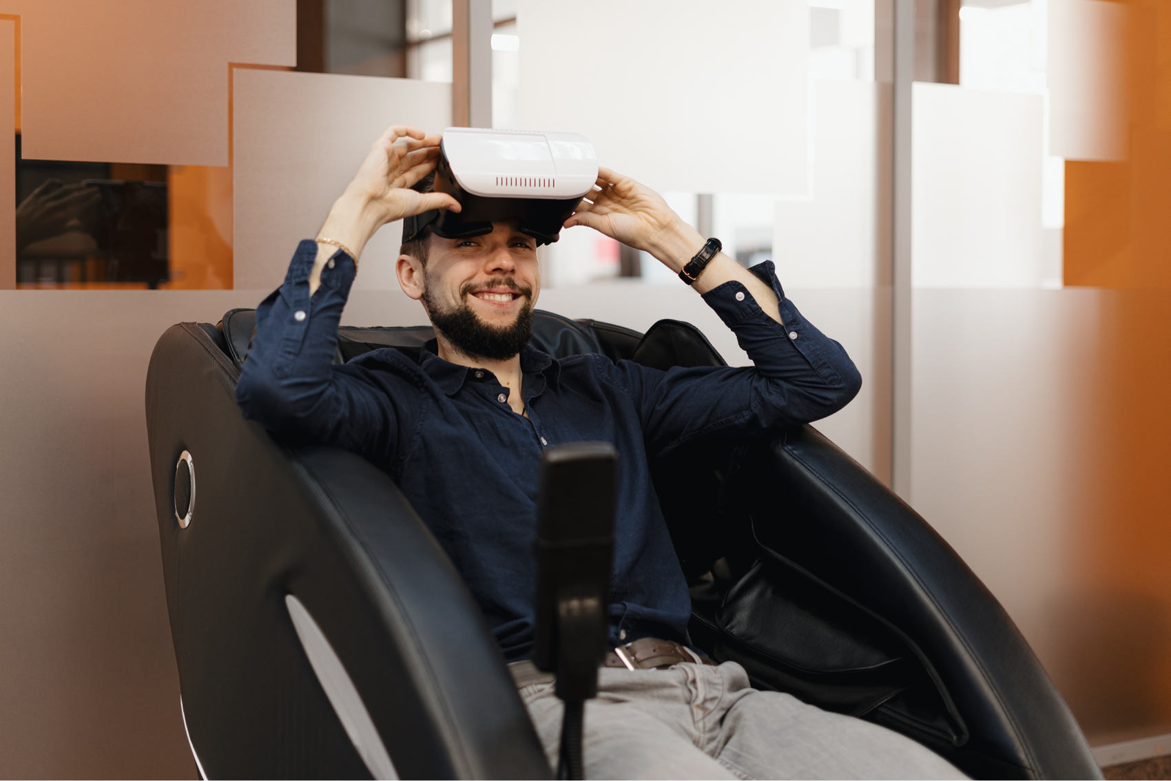 a-man-in-a-massaging-armchair-using-vr-technology-8YB3YKY