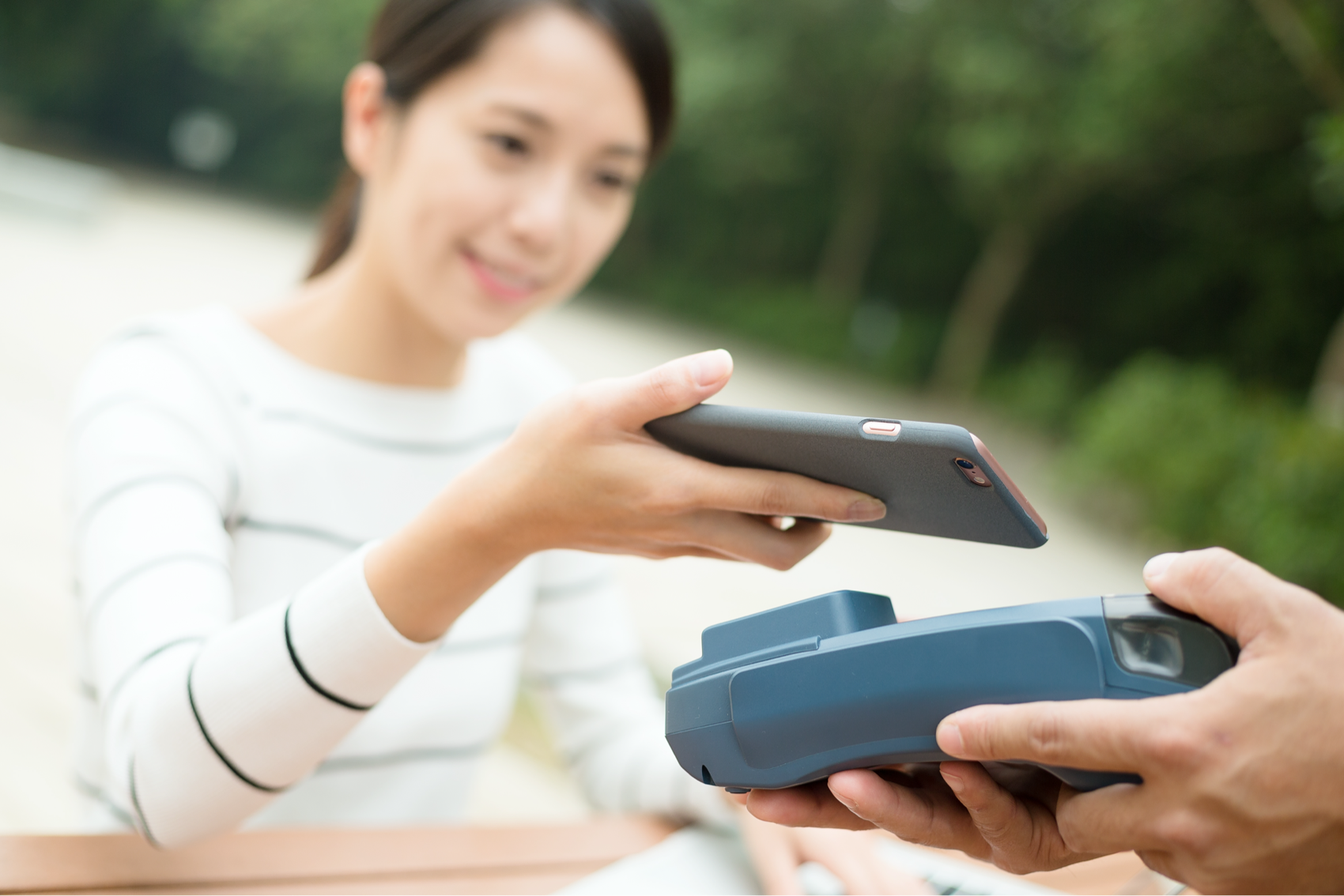 customer-paying-with-nfc-technology-7Q4487B